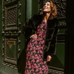 La douceur de notre manteau Mahola associée aux couleurs vibrantes de notre robe Prunelle pour un duo bohème et chic ✨ - Manteau Mahola & Robe Prunelle #sinequanone #outfit #dress #fauxfur